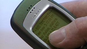 Mato Valtonen näyttää miten WAP-palvelu toimii Ajankohtaisessa kakkosessa vuonna 1999.