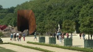 jättevagina väcker anstöt i Versailles
