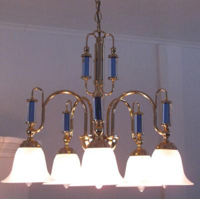 En taklampa och en detalj från lampan