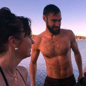Anna bertills och Tim Sparv intervjuas på brygga efter att ha vinterbadat