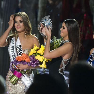 Kruunu poistettiin Miss Kolumbia Ariadna Gutierrezilta (vas.) Las Vegasissa sunnuntaina. Oikealla Miss Filippiinit Pia Alonzo Wurtzbach.