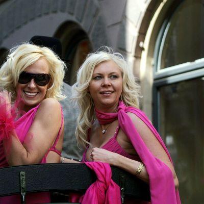 naisia hevosvaunuissa