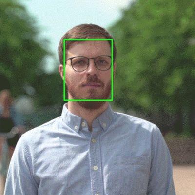 Gif, jossa kasvojentunnistuksen vihreä suorakaide seuraa ihmisen kääntyviä kasvoja.
