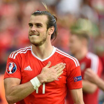 Walesin Gareth Bale kiittää kannattajia.