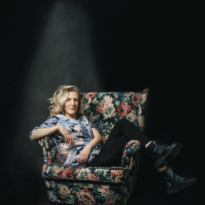 Josefin Sonck sitter på en stol