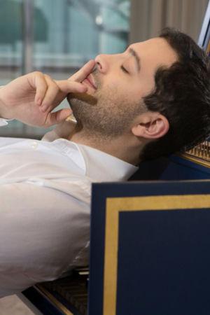 cembalonsoittaja Mahan Esfahani nojaa selällään cembalon koskettimiin