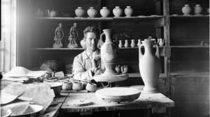 Dekorationsmålning av keramik vid Kupittaan savi på 1930-talet.