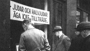 Vardagsantisemitism i gatubilden i Stockholm i början av 1940-talet.
