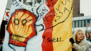 Kirsi Liimatainen mielenosoituksessa Shelliä vastaan 1987