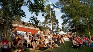 Kaustby folkmusikfestival samlar många besökare i år.
