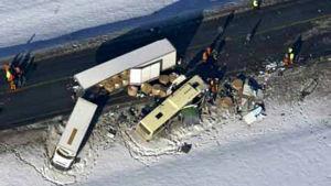 Helikopterbild från olycksplatsen där buss och långtradare krockade.