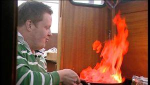 Michael flamberar i kajutan.