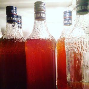 Tapio Wirkkalan Finlandia vodkapulloja mehulla täytettynä