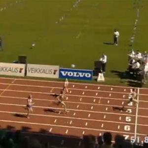 Vinnaren av 4 x 100 meter vid mållinjen