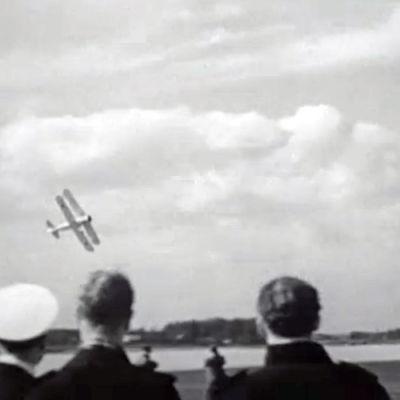 Personer som tittar på ett flygplan