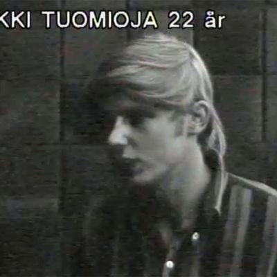 Unga Erkki Tuomioja blir intervjuad