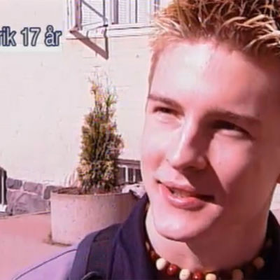 En ung man blir intervjuad