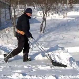 En man som skottar snö