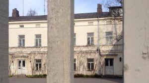 Lappvikens sjukhus utifrån genom en träport
