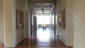 En korridor på Lappvikens sjukhus med en gunghäst i bortre ändan