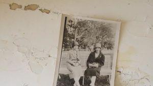 Ett gammalt fotografi med två damer som sitter på en bänk