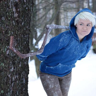 Sinihupparinen nainen puun vierellä