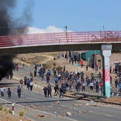 Lakkoilevat kaivostyöläiset tappoivat Boliviassa varasisäministeri Rodolfo Illanesin sen jälkeen poliisit olivat yrittäneet tukahduttaa väkivalloin mielenosoituksia.
