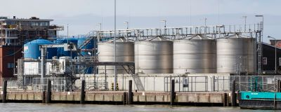 Oljecisterner på rad i oljehamn i Cuxhaven, Tyskland.