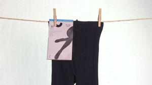 Tummat sukkahousut pyykkinarulla
