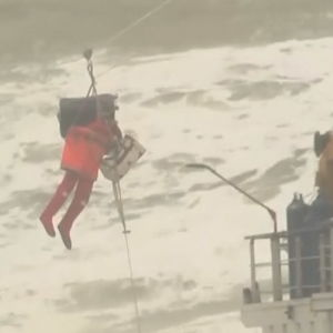 Person räddas från fartyg via linbana.