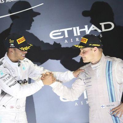 Mercedesin Lewis Hamilton (vas.) ja Williamsin Valtteri Bottas (oik.) paiskaavat kättä palkintoseremoniassa.