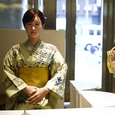 Äiti ja lapsi katselevat Toshiban valmistamaa AIko Chihira -nimistä humanoidirobottia, joka toivotti asiakkaita tervetulleiksi Nihonbashi Mitsukoshi -tavarataloon Tokiossa.