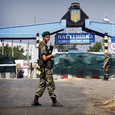 Ukrainan armeijan sotilas päivystää tiesululla.