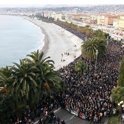 Ihmiset marssivat terrori-iskuissa kuolleiden muistolle Nizzassa, Ranskassa lauantaina.