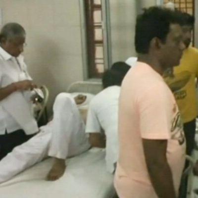 Kapinallisten iskussa loukkaantuneita kuljetettiin New Delhin sairaalaan.