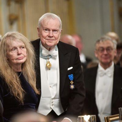 Kirjailija Kjell Espmark (keskellä) Ruotsin akatemian vuosittaisessa kokoontumisessa Tukholman vanhassa pörssitalossa.