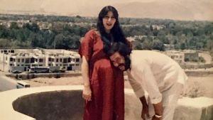 Shahla ja Sebastin seisovat kauniin maiseman edessä kotimaassaan Iranissa. Shahla on raskaan aja Sebastin painaa päänsä Shahlan vatsaa vasten.