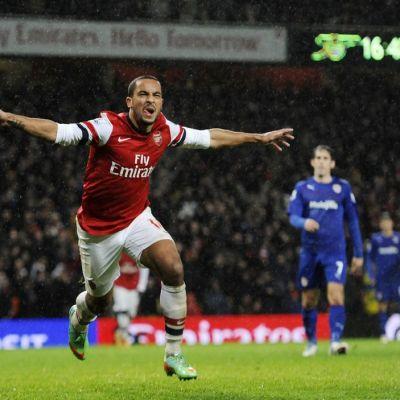 Arsenalin Theo Walcott tuulettaa tekemäänsä maalia.