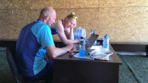 Kanotisten Pauliina Polet och tränaren Petteri Pitkänen diskuterar