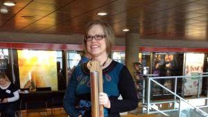 Eeva-Liisa Malmgren tar emot priset Årets Kantor