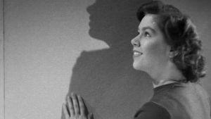 Nainen ihailee seinäpintaa