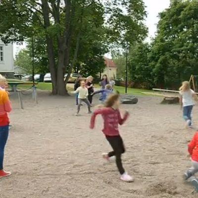 Barn som leker på skolgården