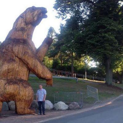 Suuri moottorisahaveistos dinosauruksesta