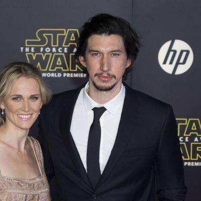 Näyttelijä Adam Driver vaimonsa Joanne Tuckerin kanssa.