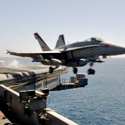 Hornet-hävittäjä lähdössä lentotukialus USS Carl Vinsonilta.