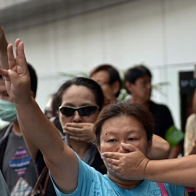 Thaimaan sotilasvallankaappausta vastustaneet ihmiset tervehtivät Nälkäpeli-elokuvista peräisin olevalla kolmen sormen tervehdyksellä.
