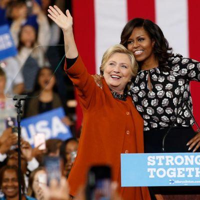 Demokraattien presidenttiehdokas Hillary Clinton ja Yhdysvaltain ensimmäinen nainen ovat yhteisellä asialla.