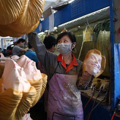 Kiinalainen tehdas valmisti Trump-naamareita Pujiangissa Zhejiangin maakunnassa.