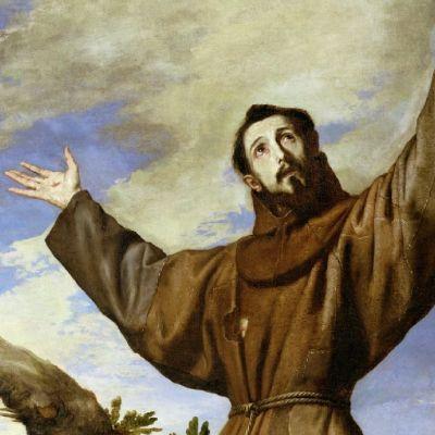 Ruskeaan kaapuun pukeutunut kalpea mies kohottaa käsiään, joissa on stigmahaavat.