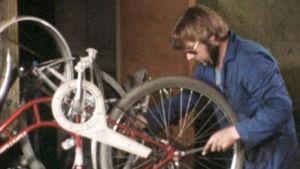 Åke Wiberg reparerar en cykel.